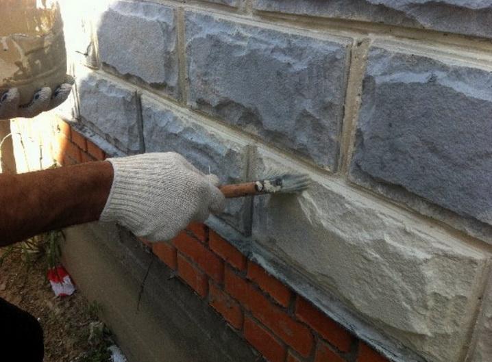Швы в стене из теплоблоков необходимо затирать и защищать от воды