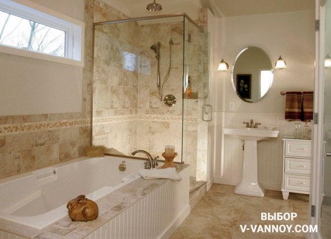 Каменная поверхность и белая штукатурка сочетаются на стенах комнаты в античном стиле. Винтажные элементы отлично дополняют данный интерьер. Несмотря на то, что ванная и душевая кабина находятся на одной площади, помещение не выглядит загроможденным.