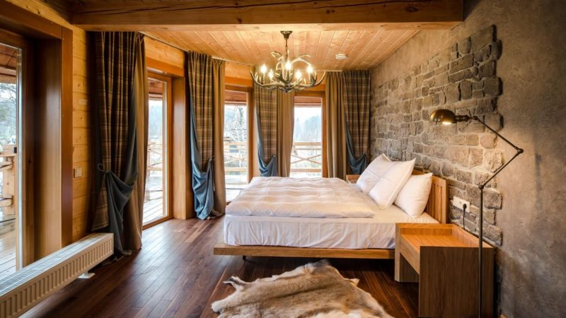 Как выбрать шторы в спальню для деревянного дома