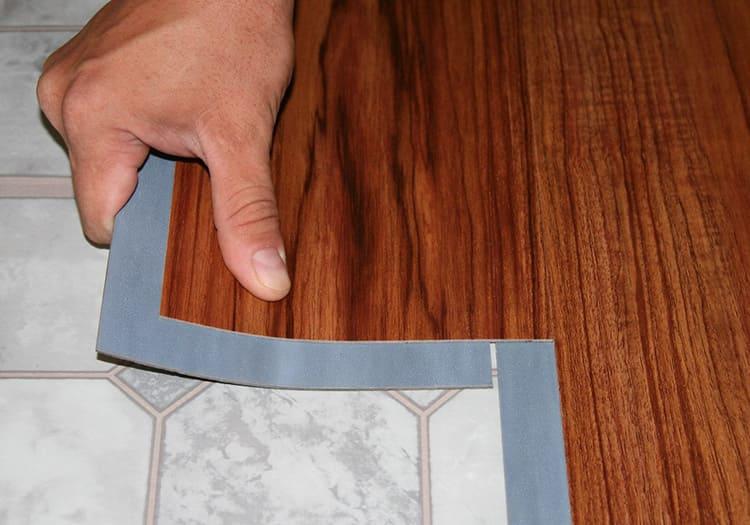 Укладку винилового пола можно выполнить своими руками.