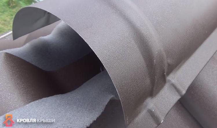 Укладка уплотнителя и установка конька