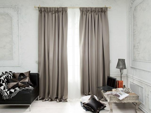 С помощью тесьмы можно собрать шторы в ровные и глубокие складки имитирующие ручное присборивание