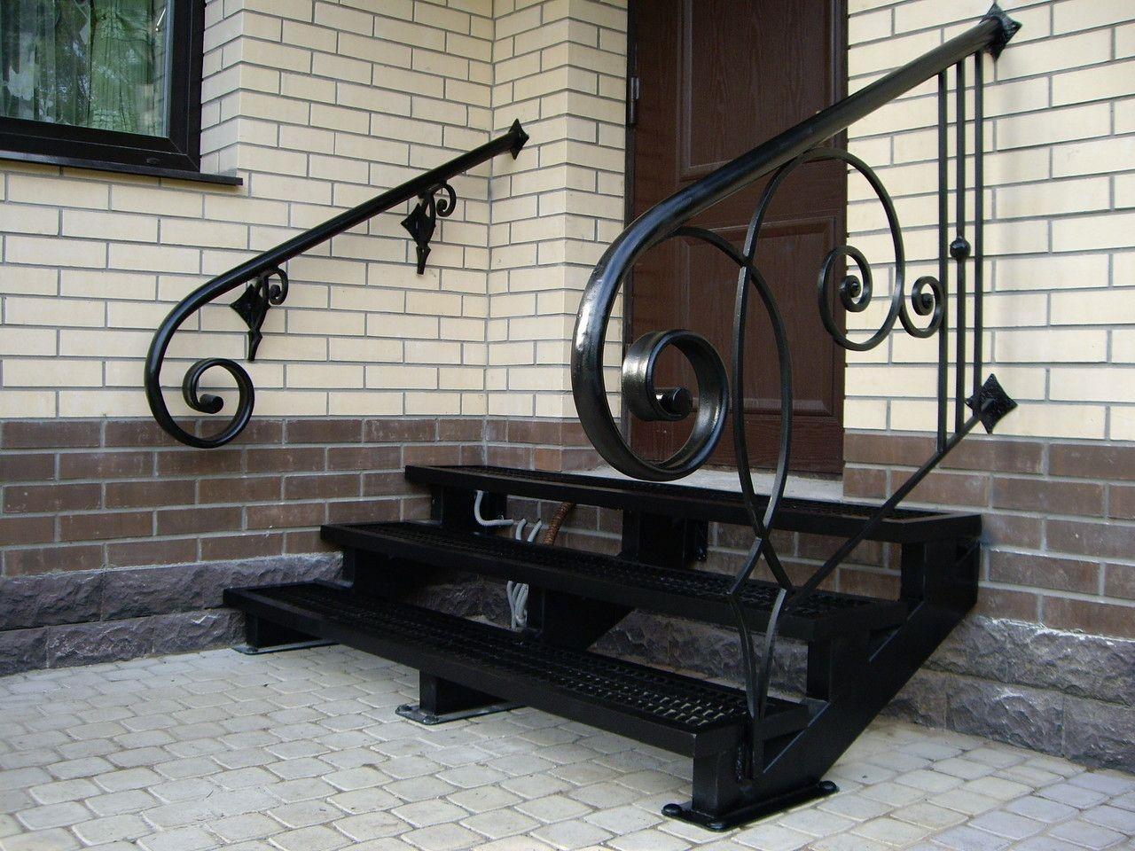 Простейшая металлическая конструкция – каркас из швеллера и уголков, ступени из просечно-вытяжной стали