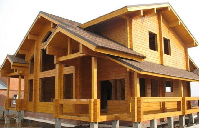 Дом из клееного бруса с опорами свайного фундамента