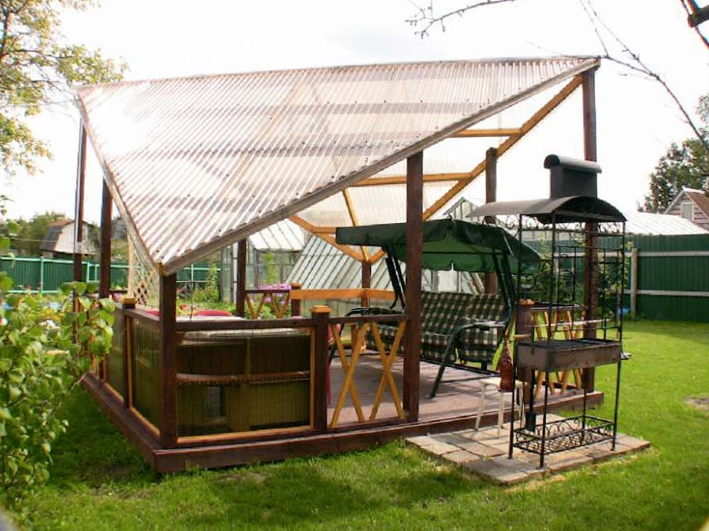 Нестандартные по форме крыши можно с легкостью установить на беседку, так как поликарбонат позволяет воплощать в жизнь самые разнообразные архитектурные изыски, благодаря своей гибкости и простоте монтажа