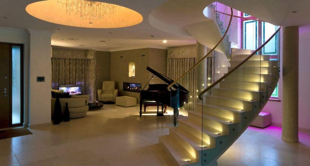 Освещение лестницы в гостиной