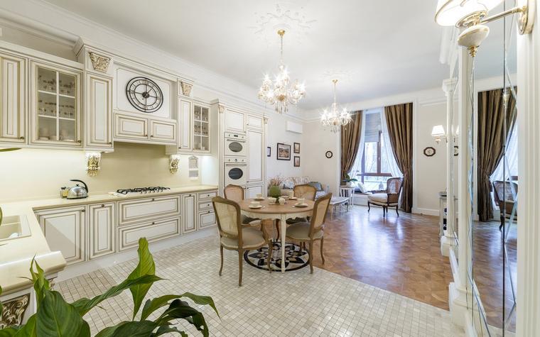 Интерьер кухни-гостиной в английском стиле