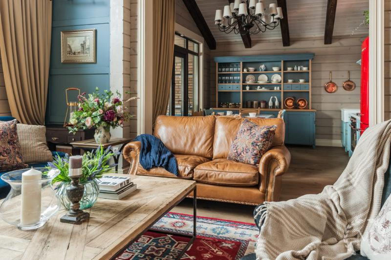 Деревянный дом: дизайн шторами