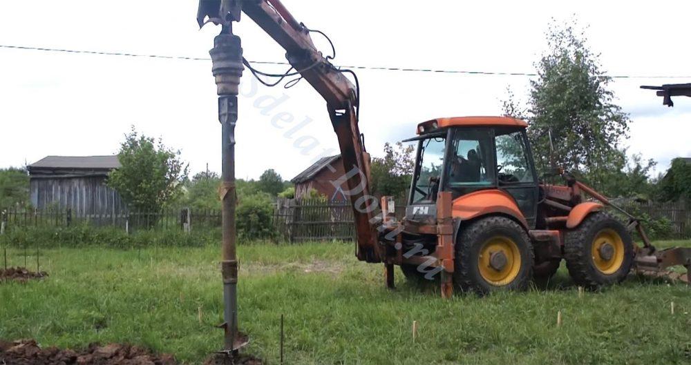 Трактором с буром делаем скважины