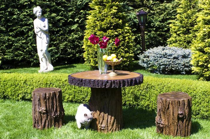 Простой вариант для частного двора и сада – мебель из пеньков