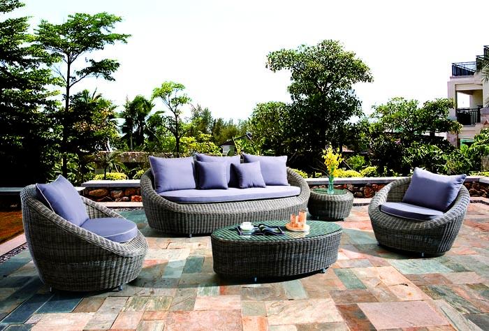 Дизайн сада в средиземноморском стиле предполагает использование мебели из ротанга