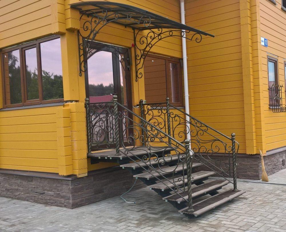 Лестница сделана из металла и композитной доски