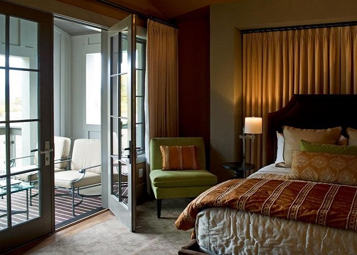 Теплый цвет в отделке спальни с лоджией