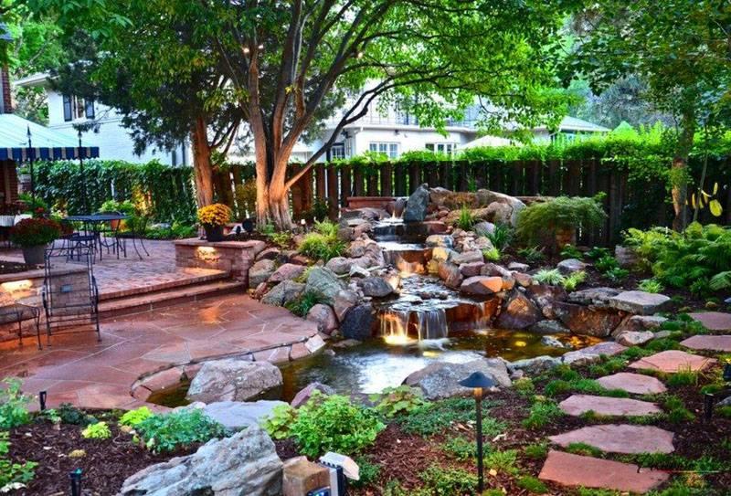 Пруд с водопадом во дворе частного дома «оживляет» ландшафтный дизайн