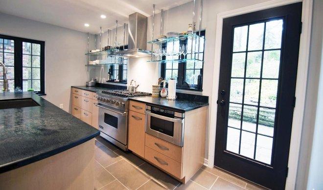 Навесные стеклянные полки в интерьере кухни