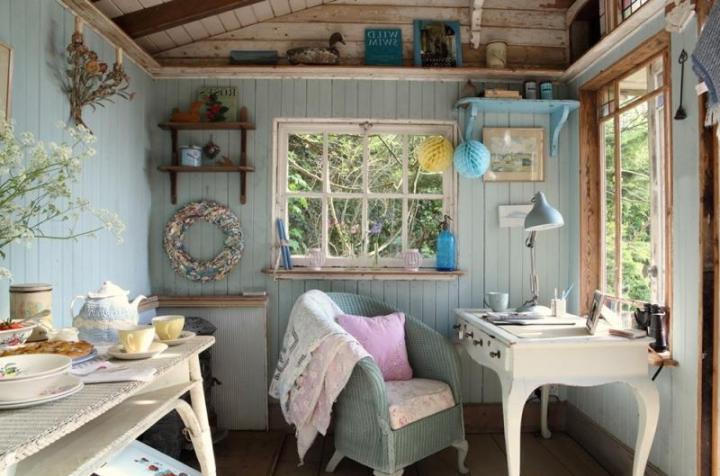 Рабочая зона и кухня в маленьком домике