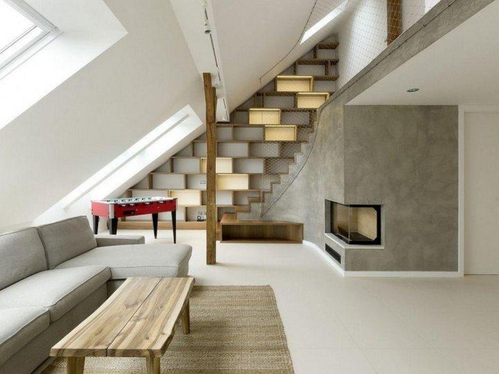 Современный интерьер мансарды в доме из дерева
