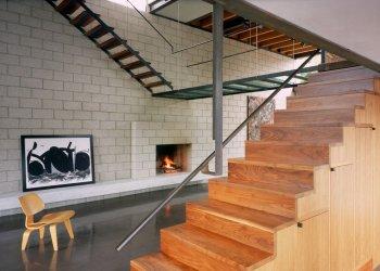 Гостиная с камином и лестницей: варианты стилей и решений