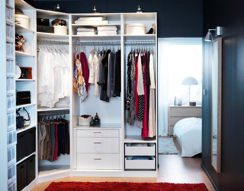 Перед тем как обставлять гардеробную мебелью, необходимо заранее составить подробный план помещения