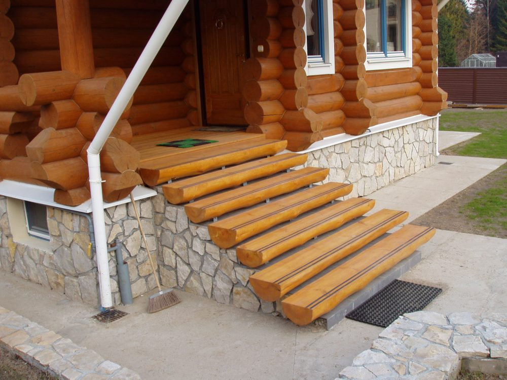 Деревянные ступени можно оформлять совершенно разными методами