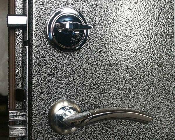 Дверь, окрашенная порошковой краской