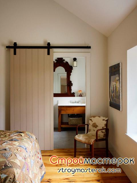 Светлая дверь в полоску в ванную комнату