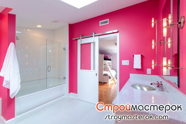 Ванная комната в розовых тонах с белой раздвижной дверью