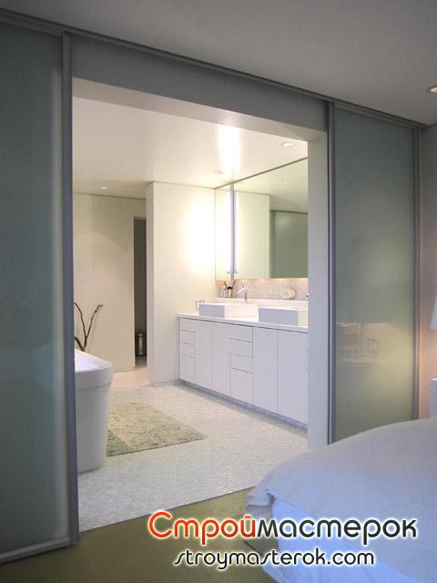Широкие стеклянные двери в ванную комнату