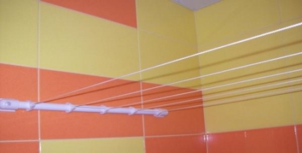 Элементарная стационарная верёвочная сушилка для белья в ванную
