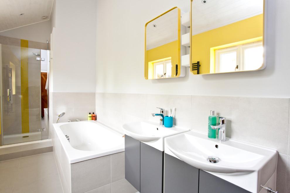Глухой экран под ванной, облицованный плиткой