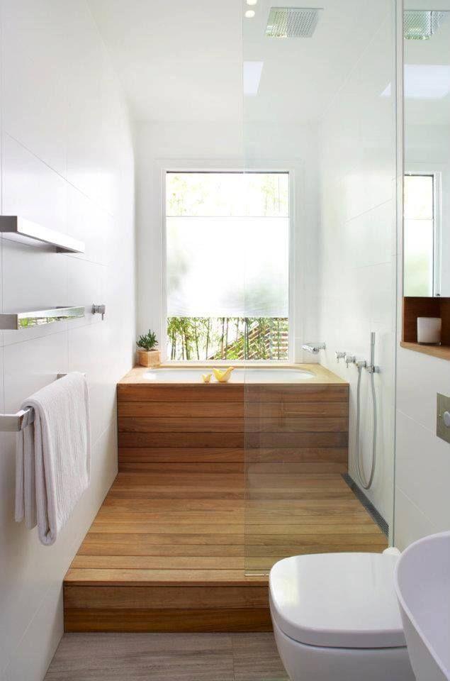 Зона ванной с деревянными панелями, переходящими на пол