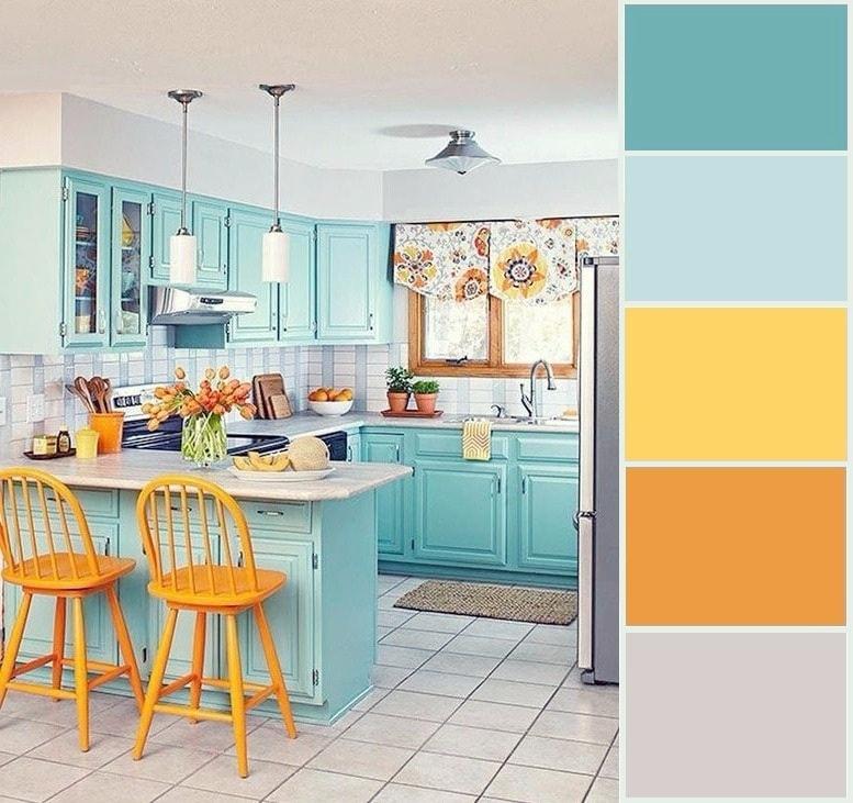 Эффектная кухня в классическом стиле с добавлением ярких цветов и орнаментов