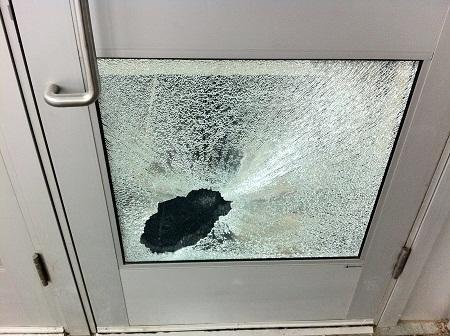 При замене стекла в межкомнатной двери следует соблюдать элементарные правила безопасности