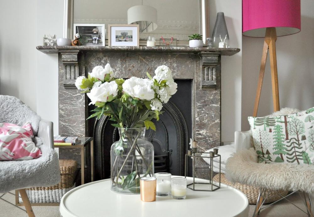 Роскошные белые цветы в гостиной