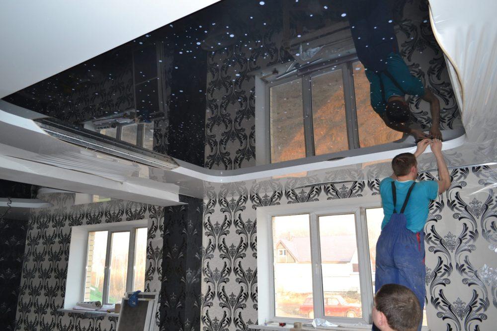 пример применения гарпунной системы крепления натяжных потолков в ремонте комнаты
