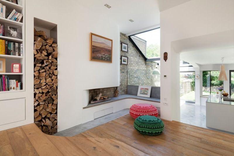Ниша для дров в комнате с камином