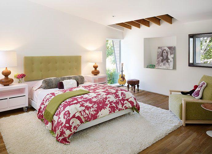Полочка в стене спальни для большого фото