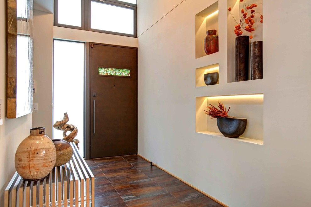 Ниша при входе, как место для размещения коллекционных ваз
