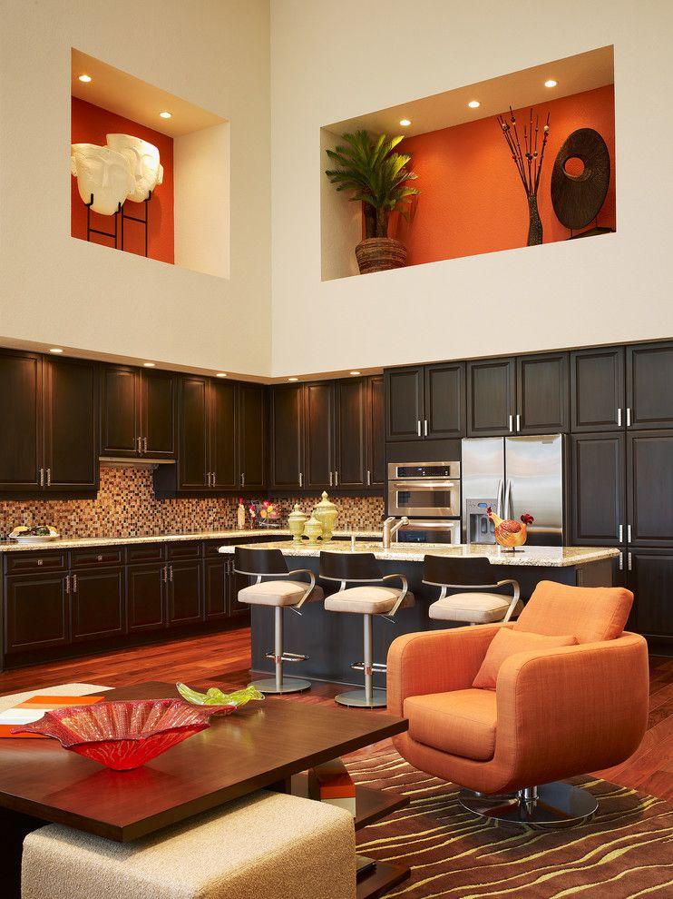 В большой комнате целесообразно сделать большую нишу в теплых тонах, так помещение будет более уютным