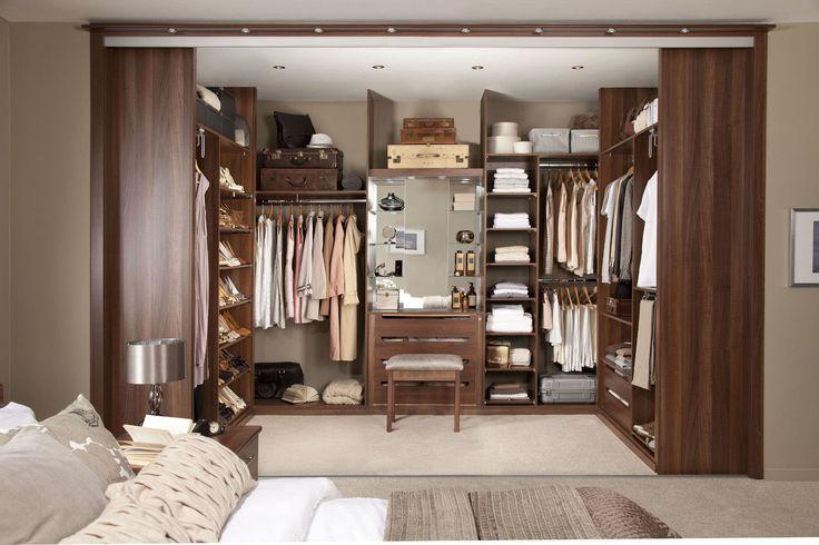 Большая ниша, заменяющая шкаф - для тех кому позволяет площадь комнаты