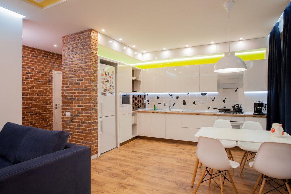 Углубление в стене специально под холодильник сделает кухню студии ещё просторнее
