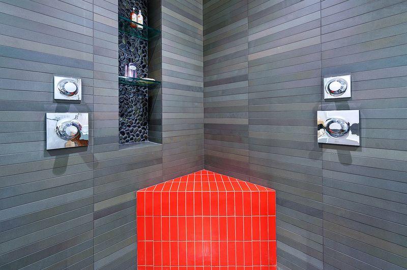 Очень стильная и утонченная ванная комната с такой же полочкой под средства личной гигиены