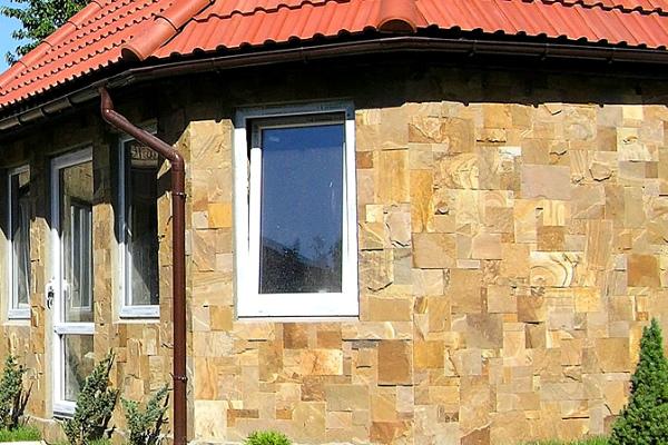Обшивка дома камнем