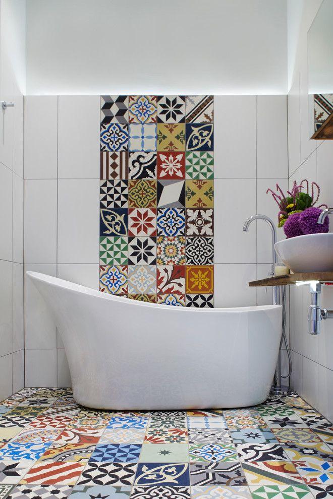 Панно из разноцветной плитки поддерживается такой же плиткой на полу ванной комнаты