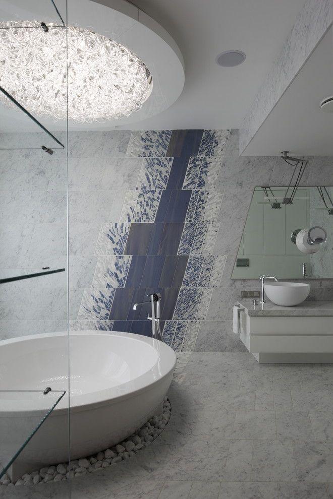 Необычное панно из плитки с абстрактным диагональным рисунком в стильной современной ванной