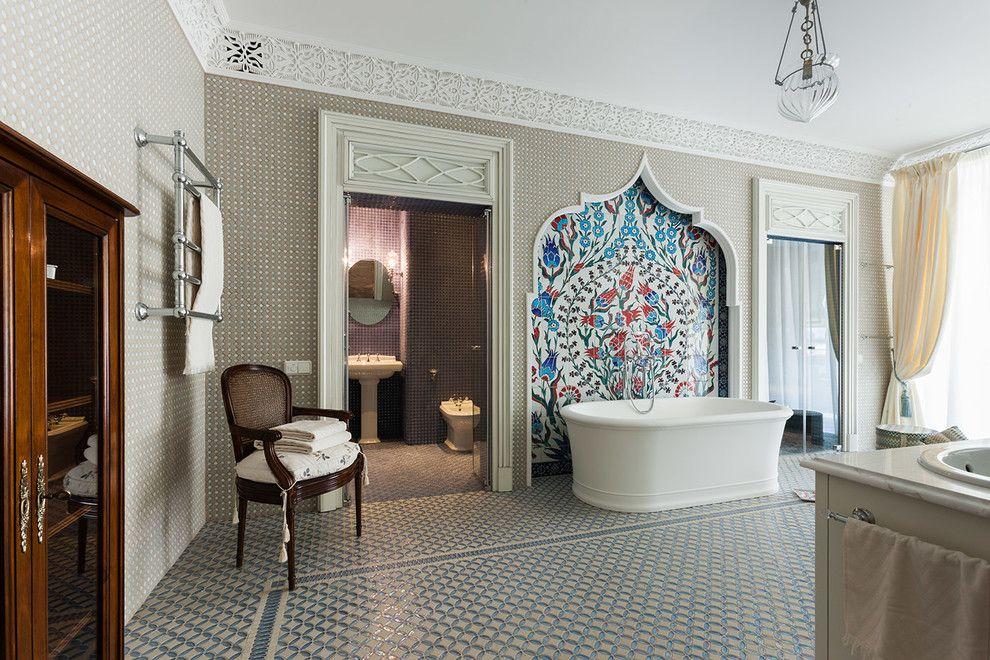 Большое цветное панно в восточном стиле над ванной