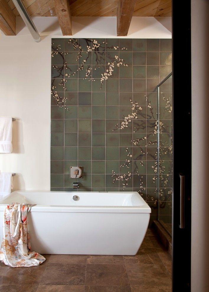 Стильное панно из серой плитки с рисунком в ванной