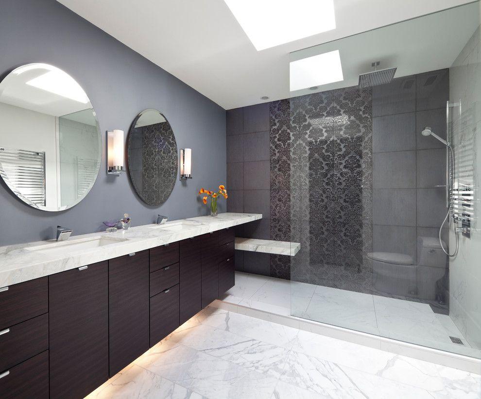 Темное красивое панно из крупной ажурной плитки в ванной