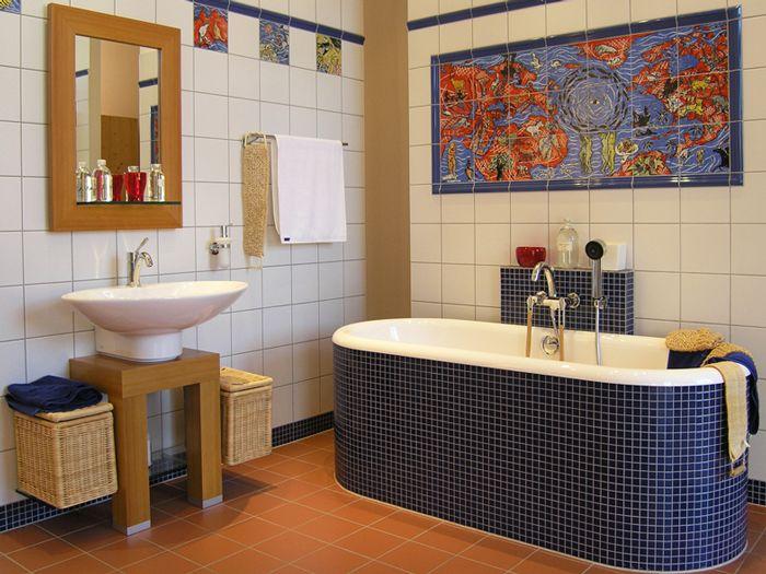 Небольшое цветное панно из плитки с ярким рисунком над ванной