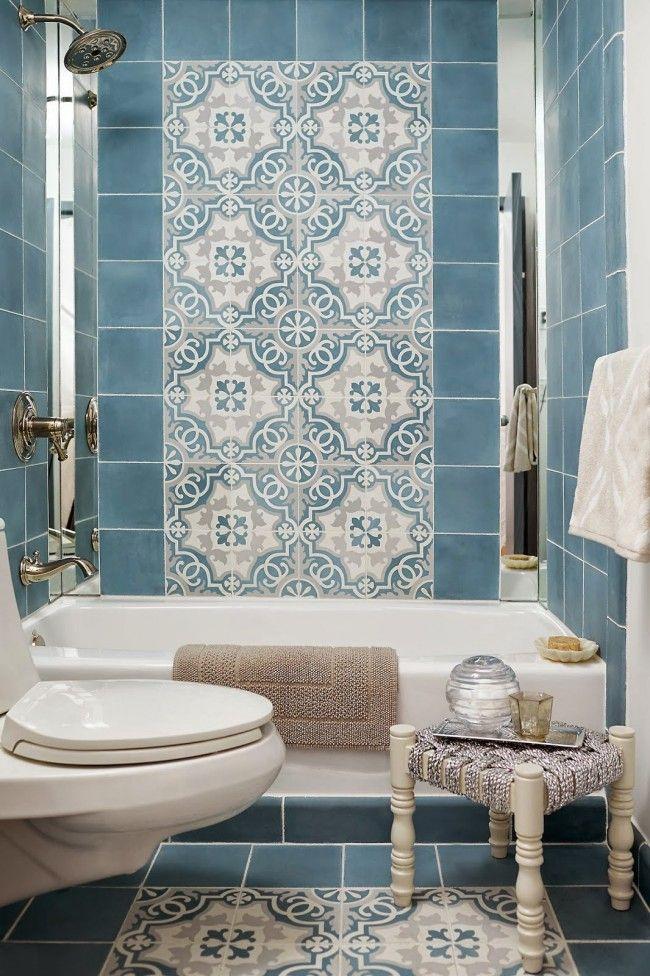 Восточный рисунок на панно в небольшой ванной комнате